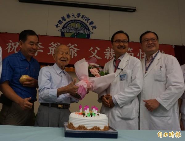 102歲李阿公與家人、醫師歡慶父親節。(記者蔡淑媛攝)