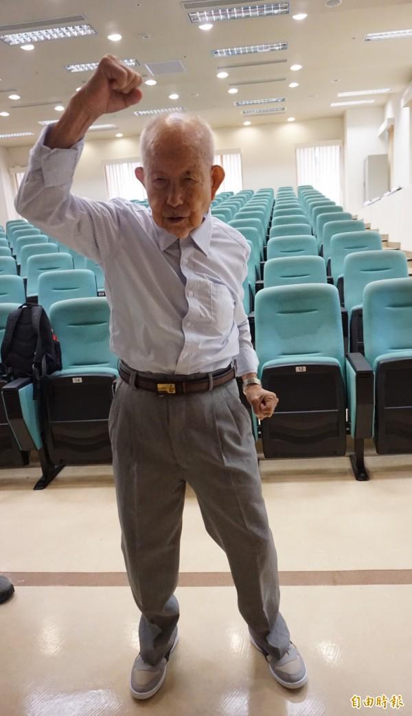 李阿公治療後恢復體力恢復,走路做操很勇健。 (記者蔡淑媛攝)