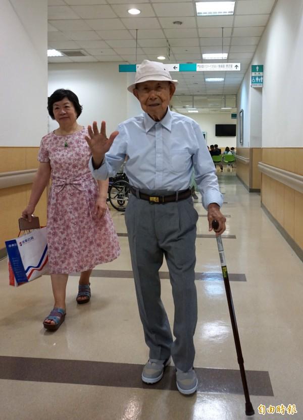 李阿公走路快速,連女兒也跟不上。 (記者蔡淑媛攝)