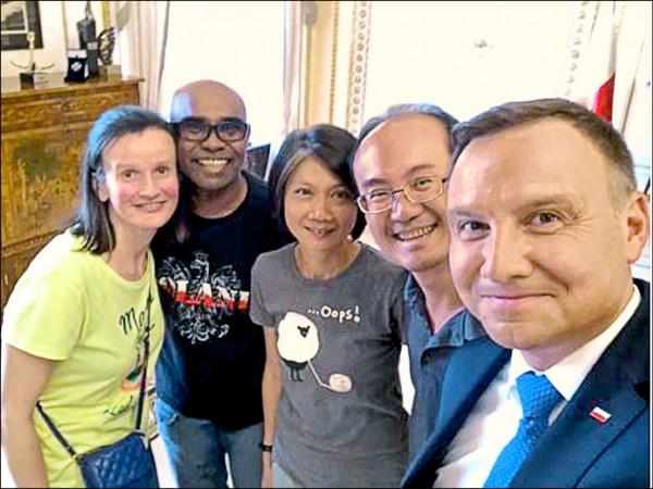 波蘭總統安傑伊.杜達(右)隨機挑了4名觀光客至總統府喝下午茶,來自南投的英文老師李宏哲夫婦(右二、右三)幸運被選上。(取自推特)