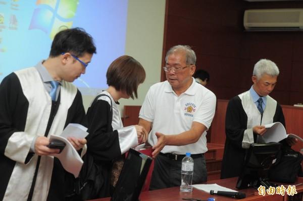 蘇炳坤(右2)說,含冤受委屈那麼多年,他獲得平反被判無罪,是父親節最好的禮物。(記者王藝菘攝)