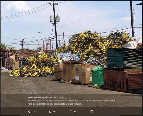 中國共享單車ofo7月撤出美國達拉斯市場,留下一份不受歡迎的「離別禮物」:數百輛黃色單車堆疊在回收場。(圖擷取自推特)