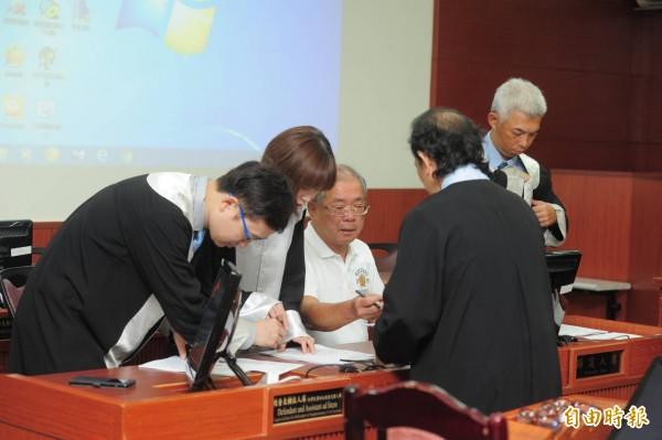 蘇炳坤(左3)32年前被控搶銀樓,經多次非常上訴、聲請再審,今天高院再審宣判他無罪。(記者王藝菘攝)