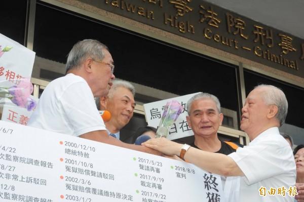 蘇炳坤(左一)向高等法院聲請再審獲准,高院今宣判無罪。(記者王藝菘攝)