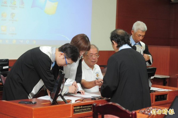 蘇炳坤(左三)向高等法院聲請再審獲准,高院今宣判無罪。(記者王藝菘攝)