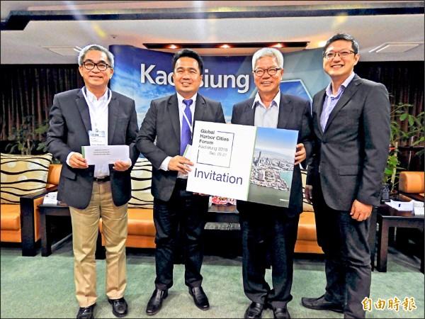 菲律賓達沃市副市長伯納德阿爾(左二)昨訪高雄市政府,副市長蔡復進(右二)邀請市長莎拉杜特蒂參加九月的「全球港灣城市論壇」。(記者葛祐豪攝)