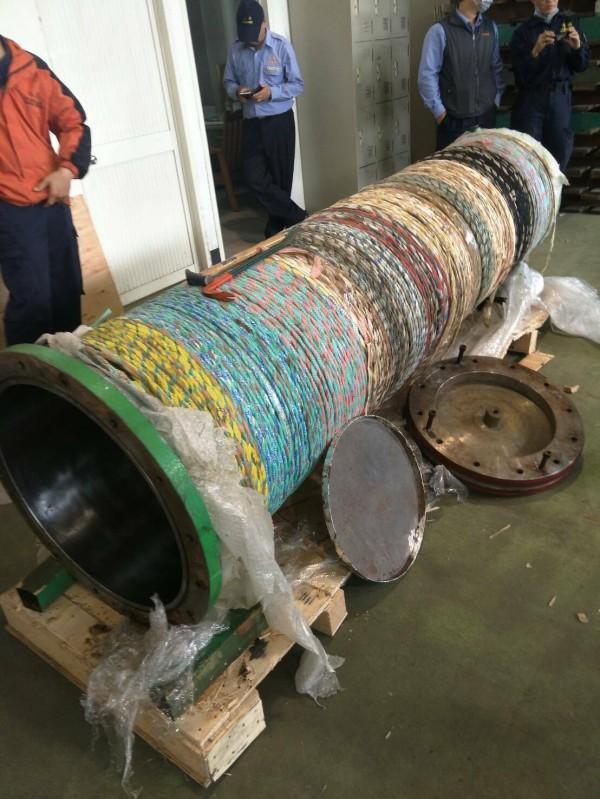 走私集團把毒品藏在后鐵管內、還是被海關儀器掃描查獲。(記者楊政郡翻攝)