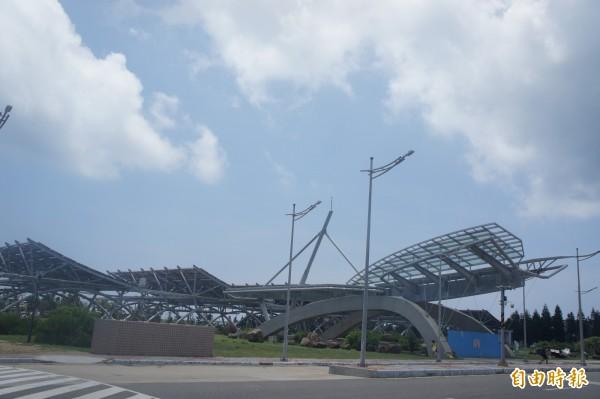 澎湖機場前太陽光電工程,疑為造成機場停電主因。(記者劉禹慶攝)