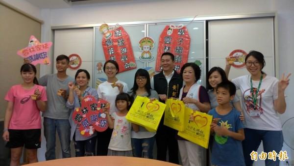 雲林至善文化協會捐贈助學金還帶來白沙屯媽祖加持的平安香包,環保提袋,庇護弱勢家庭。(記者廖淑玲攝)