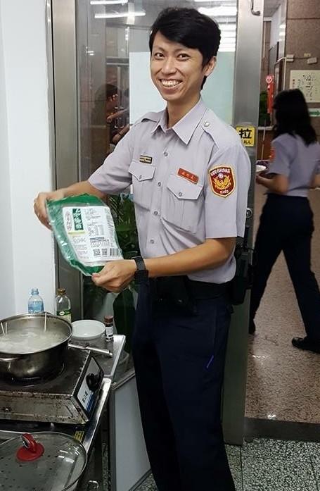 新興分局中山所副所長巡官陳威宇,升任八序列警務員。(記者黃良傑翻攝)