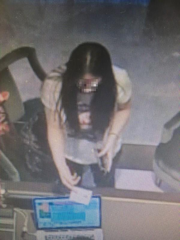 女嫌犯被監視錄影器拍下畫面。(記者劉慶侯翻攝)