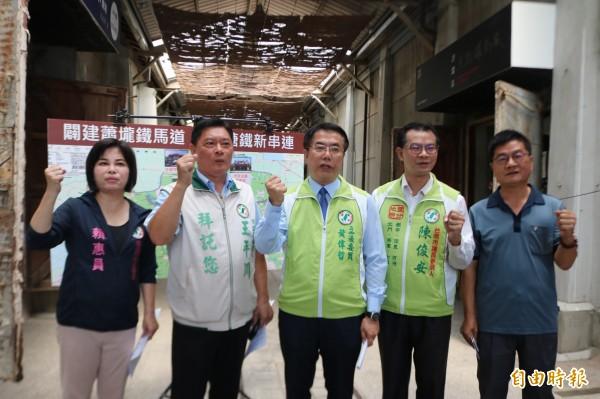佳里地區有不少觀光景點,但都以「點」的方式單打獨鬥,民進黨台南市長參選人黃偉哲(中)今天提出修復佳里糖鐵增設鐵馬道,串聯各景點。(記者萬于甄攝)