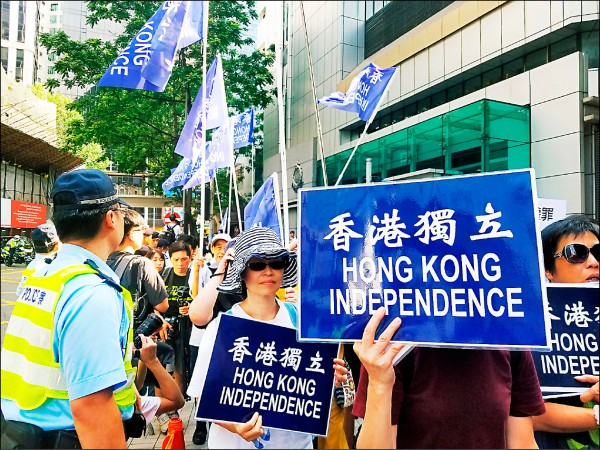 支持香港獨立的民眾七月間在香港警察總部外示威,抗議港府藉取締香港民族黨封殺言論自由。(路透檔案照)
