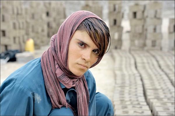 18歲的西塔拉十多年來「女扮男裝」,在阿富汗東部南加哈省的蘇丹普村工作養家活口。(法新社檔案照)