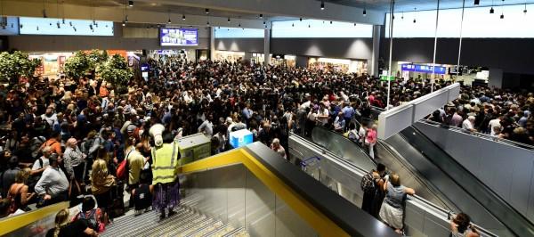 同天,法蘭克福機場也發生類似事件,延誤數10個航班,影響7000名旅客。圖為法蘭克福機場受困的旅客。(路透)