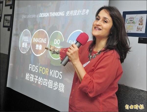 台灣今年年底將首次主DFC(Design For Change)國際年會,除了發起國印度之外,這是亞洲第一次主辦,《三個傻瓜》電影最末的理想學校「印度河濱學校」校長Kiran來台先暖身,今天與我國教師展開近距離的座談,在小小的空間。(記者王藝菘攝)