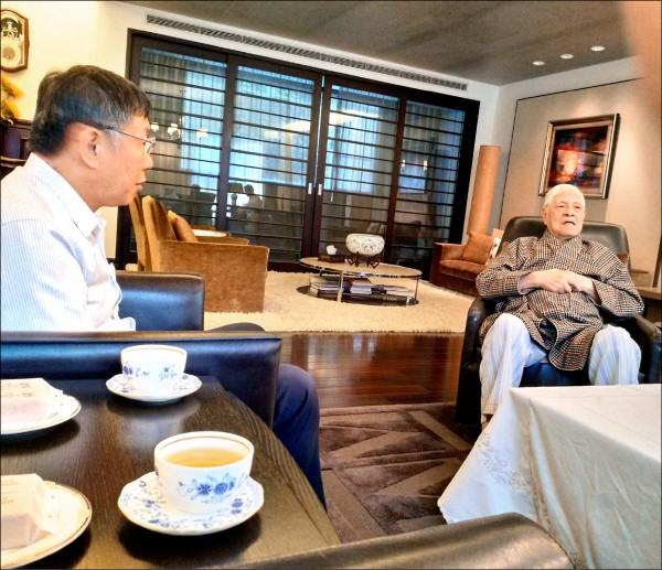 台北市長柯文哲昨前往翠山莊拜會前總統李登輝,李調侃柯說,他聽到很多年輕人都支持柯文哲選總統。(讀者提供)