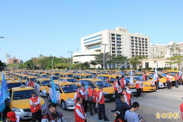 計程車產業發展聯盟抗議交通部放任Uber,年底選舉前將串聯全台駕駛上街頭。圖為過去抗議畫面。(資料照)