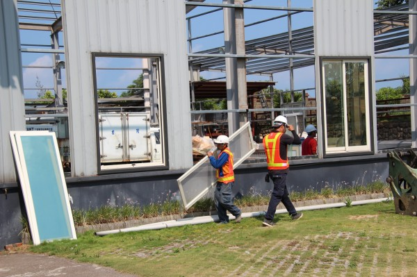 新竹縣政府正式強制執行拆除前,還把可以拆卸的窗戶先拆下。(記者黃美珠攝)