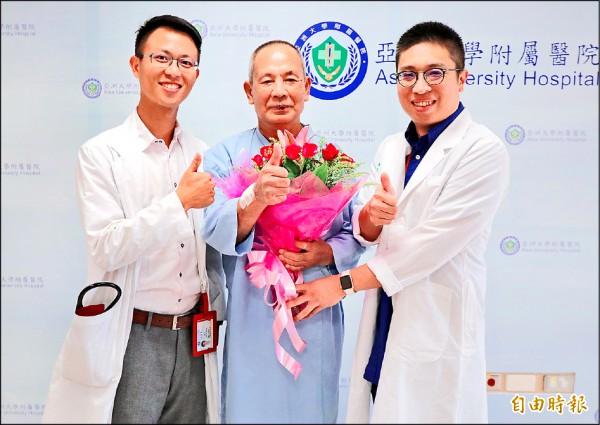 ▲王先生(中)在劉殷佐(右)和張育晟(左)兩位醫師全力搶救下,恢復健康出院。(記者陳建志攝)
