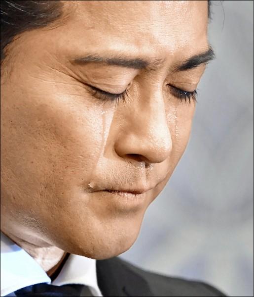 東京小子成員山口達也4月26日在記者會上就猥褻女高中生一事流淚致歉。(路透檔案照)