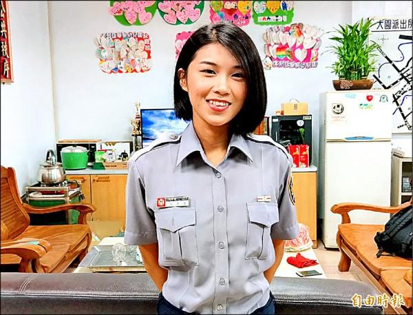 正妹實習員警呂秀蓮 ,與前副總統同名,在警所知名度很高。(記者謝武雄攝)