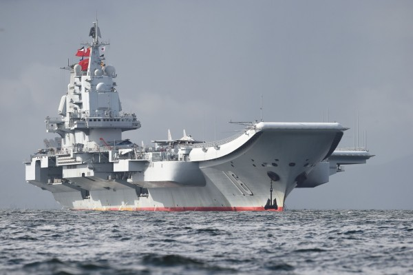 台灣饒舌歌手在歌曲中嗆聲「轟炸遼寧號」,讓不少中國網民玻璃心碎。圖為中國首艘航空母艦遼寧號。(法新社)