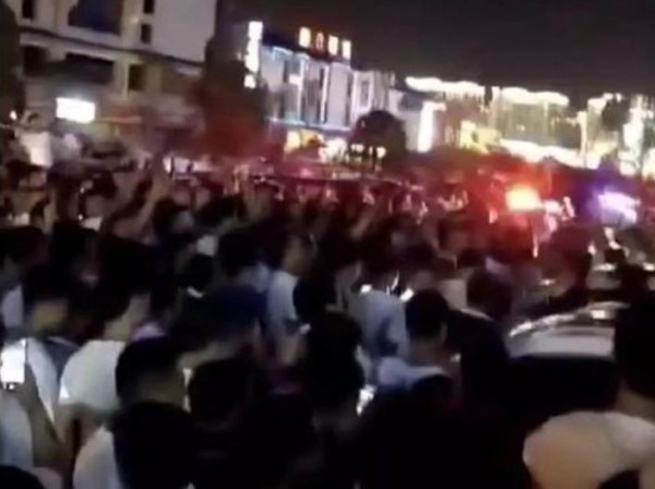 中國湖南省張家界有遊客用簡訊辱罵導遊「過來學聲狗叫」,引發逾200名導遊前去遊客入住酒店圍事。(圖擷取自臉書)