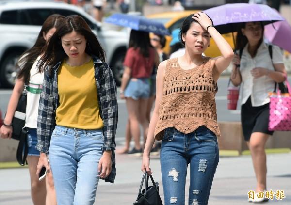 中央氣象局指出,今天(10日)天氣高溫炎熱,有午後局部雷陣雨。(資料照)