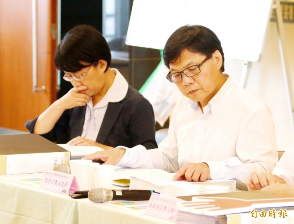 Minister of Education Yeh Jiunn-rong, right, on Saturday last week inspects documents during a review of curriculum guidelines for natural sciences in the 12-year national education program.