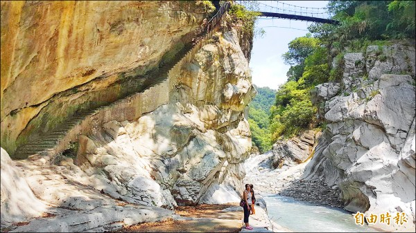 文山溫泉包括下溪的水泥步道、鐵欄杆、以及遊客站立處的水泥溫泉池遺構都會拆除。(記者花孟璟攝)