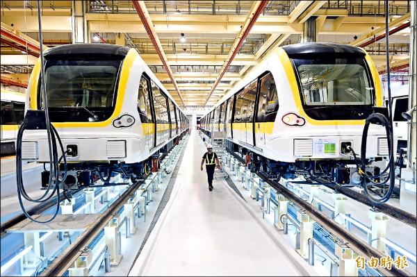 提供環狀線行駛用的17列電聯車,已經全部運抵十四張的南機廠進行檢測。(記者方賓照攝)