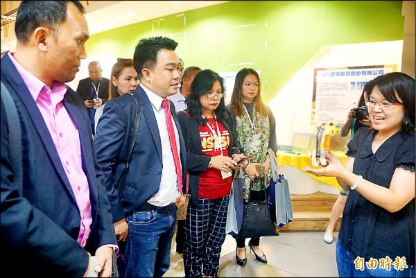 菲律賓達沃市副市長伯納德阿爾(左二)參訪南科高雄園區。(記者黃佳琳攝)