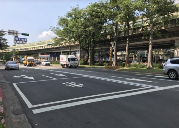台北市建國高架道路於農安街下匝道的平面道路,已完成路型調整。(圖由台北市交通管制工程處提供)