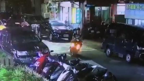 警方調閱監視器,發現案發後,1名身著黑衣未戴安全帽男子載著白衣女子騎車逃逸。(記者陳恩惠翻攝)