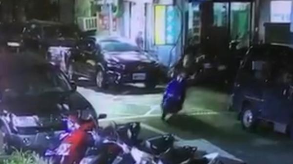 不久,另名未戴安全帽的男子騎著藍色機車尾隨逃逸,警方已鎖定車號追緝中。(記者陳恩惠翻攝)