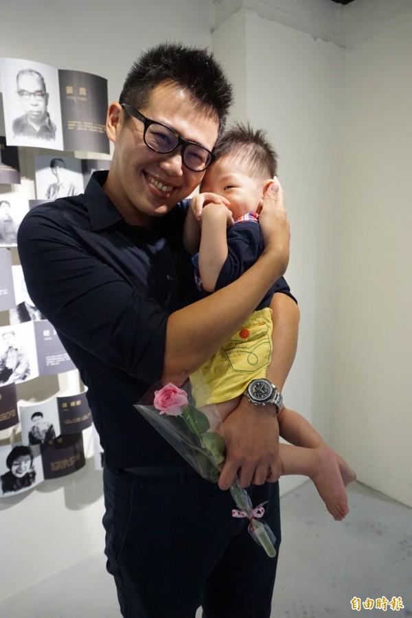 連長吳奕穎留職停薪當奶爸,父子感情變得超好。(記者蔡淑媛攝)
