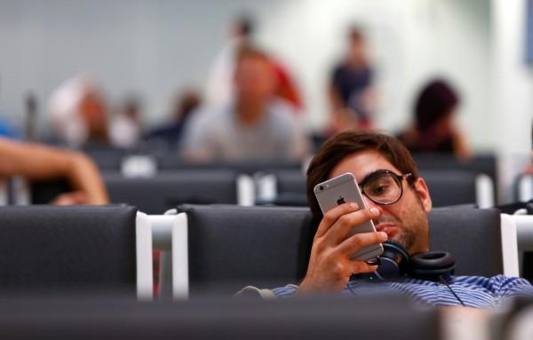 蘋果公司(Apple)最近正在申請一項專利,希望透過新技術將iPhone變成新一代的電子護照。(路透)