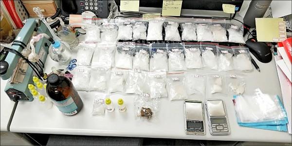 警方起獲重約817公克的安非他命共30包、液態安非他命654公克、大麻1包、吸食器、分裝袋及電子磅秤等贓證物。(記者劉慶侯翻攝)