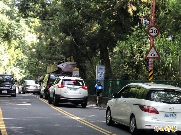 清境農場路段假日車流量大,警方提醒民眾特別注意安全。(記者佟振國攝)