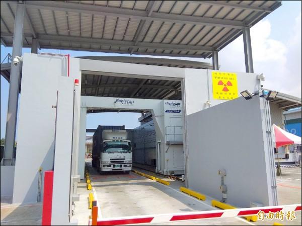 首部軌道式X光貨櫃檢查儀,在高雄港第四貨櫃中心啟用。(記者洪定宏攝)