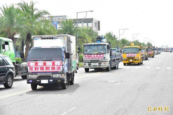 超過2百輛老舊貨車不滿空汙加嚴,今上路遊行表達訴求。(記者張議晨攝)