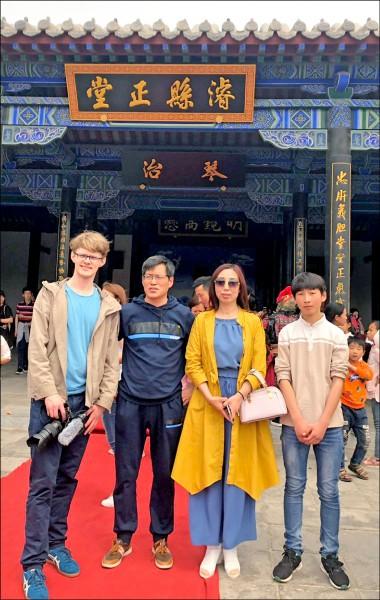 中國清華大學新聞與傳播學院的德國留學生穆達偉(左一),在河北省與被捕維權律師王全璋的辯護律師藺其磊(左二)一家人合影。(取自穆達偉推特)