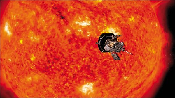 美國航太總署「帕克太陽探測器」十二日升空,展開為期七年的探測任務。這具無人探測器將進入日冕(太陽大氣層),可望成為歷來最接近太陽的人造物體,近距離觀察太陽系的核心。圖為帕克探測器探日任務概念合成圖。(法新社)