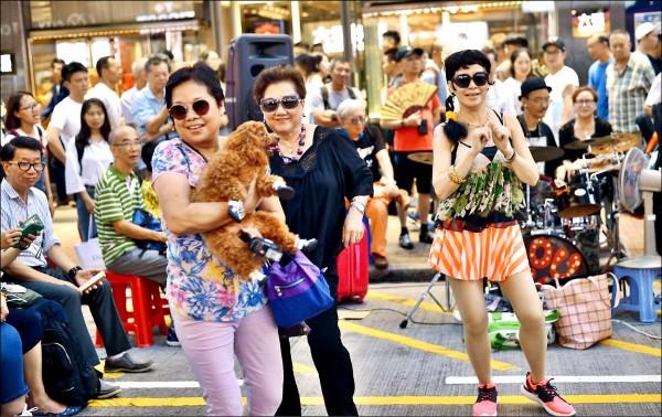 中國大媽在香港旺角、尖沙咀等鬧區高歌熱舞,引發香港民眾極大反感。(取自網路)