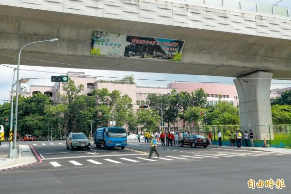 學府路、公館路打通後,附近交通不再受阻隔。(記者張菁雅攝)