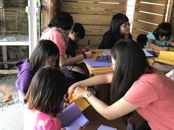 高醫大學生到原鄉陪伴孩子學習。(高醫大提供)