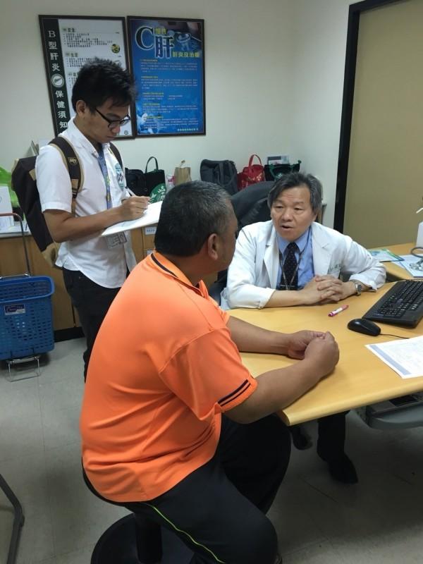 高醫大醫學生(左)至診間協助記錄醫囑,當偏鄉長者轉診至醫學中心就診時也提供陪診服務。(高醫大提供)