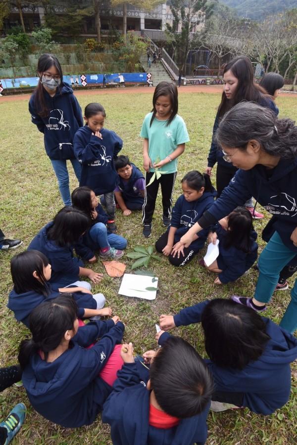 高醫大將大學課堂拉到深山,與原鄉孩子一起學習。(高醫大提供)