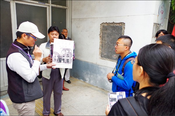 嘉義市舊公所開放民眾參觀,建築師陳世岸(左一)在門口解說。 (資料照,記者王善嬿攝)